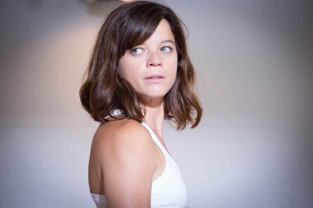 Eigentlich hatte Adèle (Juliette Roudet) darauf gehofft, dass ihre Kollegen erkennen, dass es nicht sie ist, die bei den Ermittlungen mitmischt, doc... - Bildquelle: Eloïse Legay 2016 BEAUBOURG AUDIOVISUEL