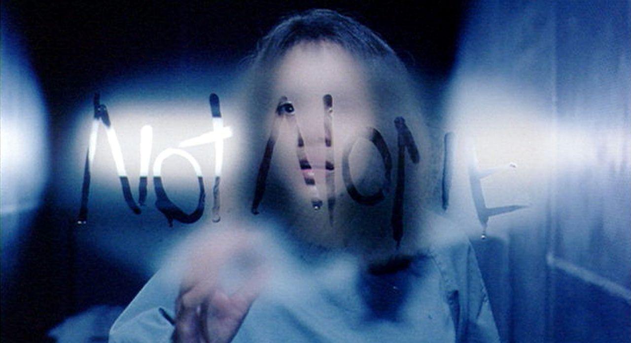 Verzweifelt versucht Miranda (Halle Berry), ihr Gedächtnis wiederzuerlangen und die schweren Vorwürfe zu widerlegen. Doch bei der Wahrheitsfindung... - Bildquelle: 2004 Sony Pictures Television International. All Rights Reserved.