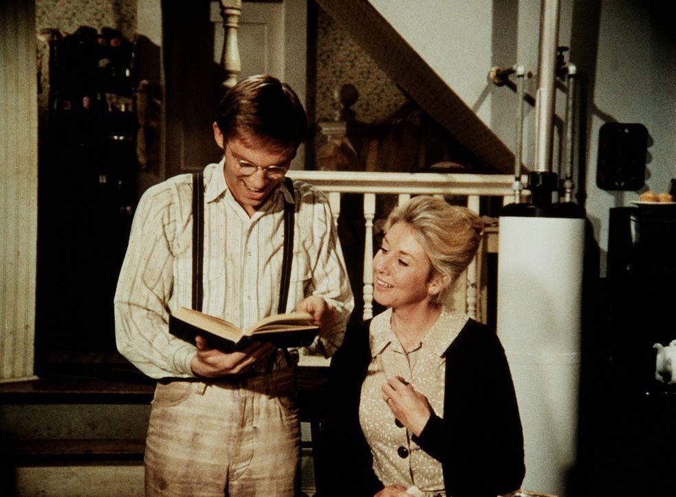 """Olivia (Michael Learned, r.) lässt sich von der Begeisterung ihres Sohnes (Richard Thomas, l.) für die """"Harvard-Klassiker"""" anstecken. - Bildquelle: WARNER BROS. INTERNATIONAL TELEVISION"""