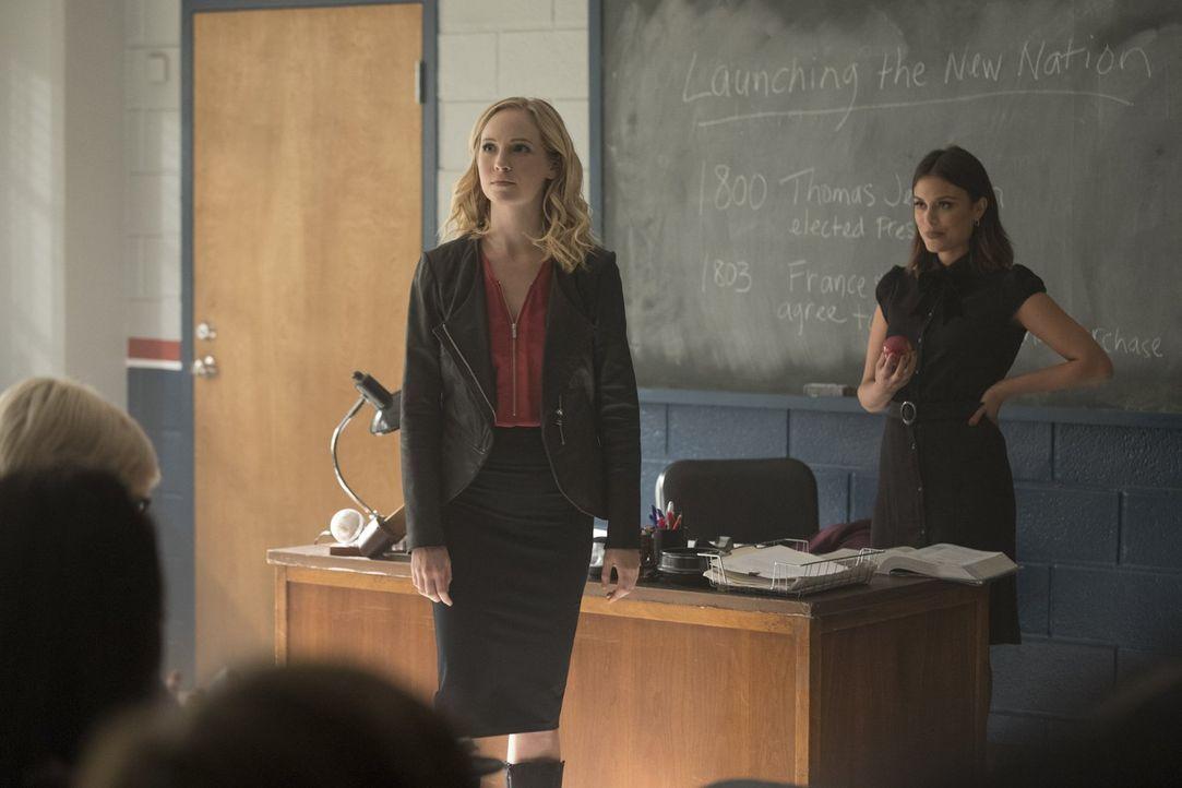 Mit Hilfe einer Gruppe Schüler setzt Sybil (Nathalie Kelley, r.) Caroline (Candice King, l.) unter Druck, um so an ein altes Artefakt zu kommen, das... - Bildquelle: Warner Bros. Entertainment, Inc.