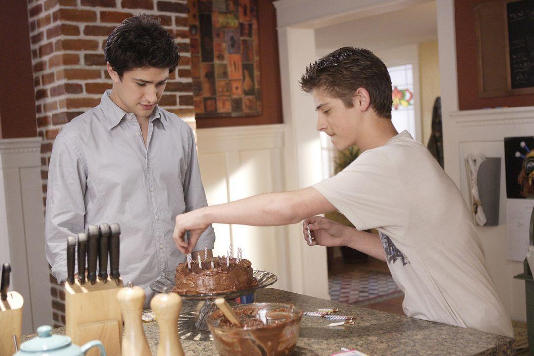 Bereiten alles für Loris Geburtstag vor: Kyle (Matt Dallas, l.) und Josh (Jean-Luc Bilodeau, r.) ... - Bildquelle: TOUCHSTONE TELEVISION