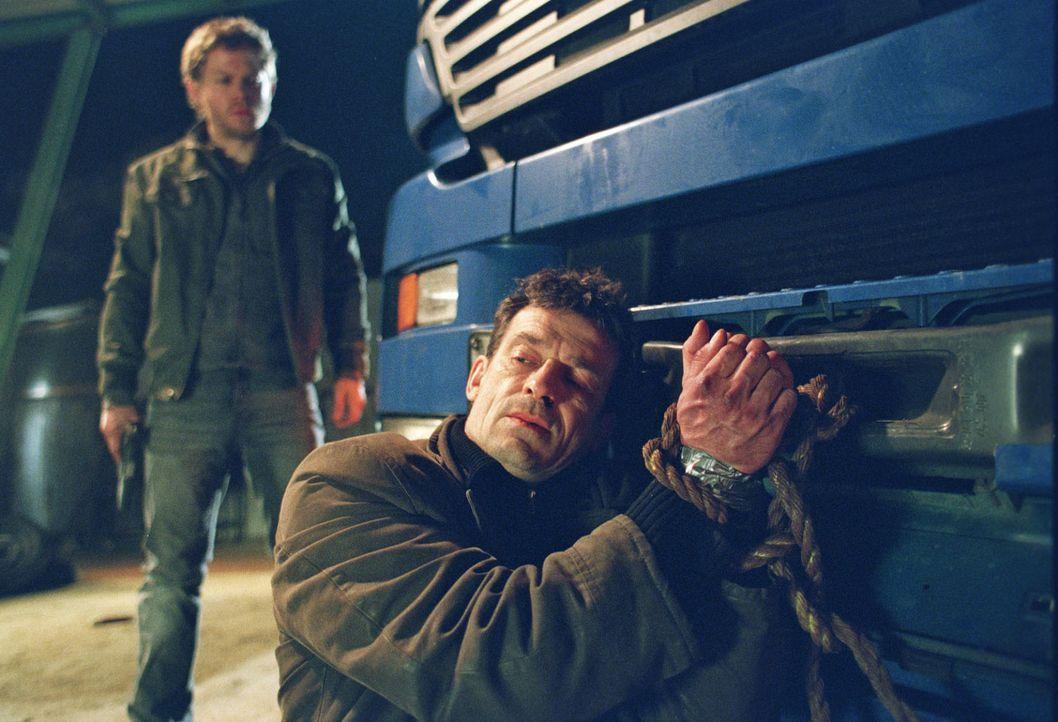 Steiner (Thomas Sarbacher, vorne) ist in Florians (Steffen Schroeder, hinten) Gewalt. - Bildquelle: Thomas Kost Sat.1