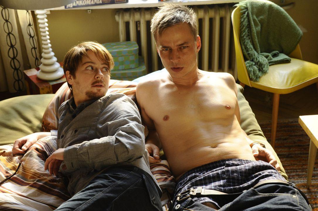 Wie konnte das passieren? Moritz (Tom Wlaschiha, r.) findet sich mit heruntergezogenen Hosen im Bett von Tine (Theresa Scholze, l.) wieder, die er a... - Bildquelle: Claudius Pflug SAT.1