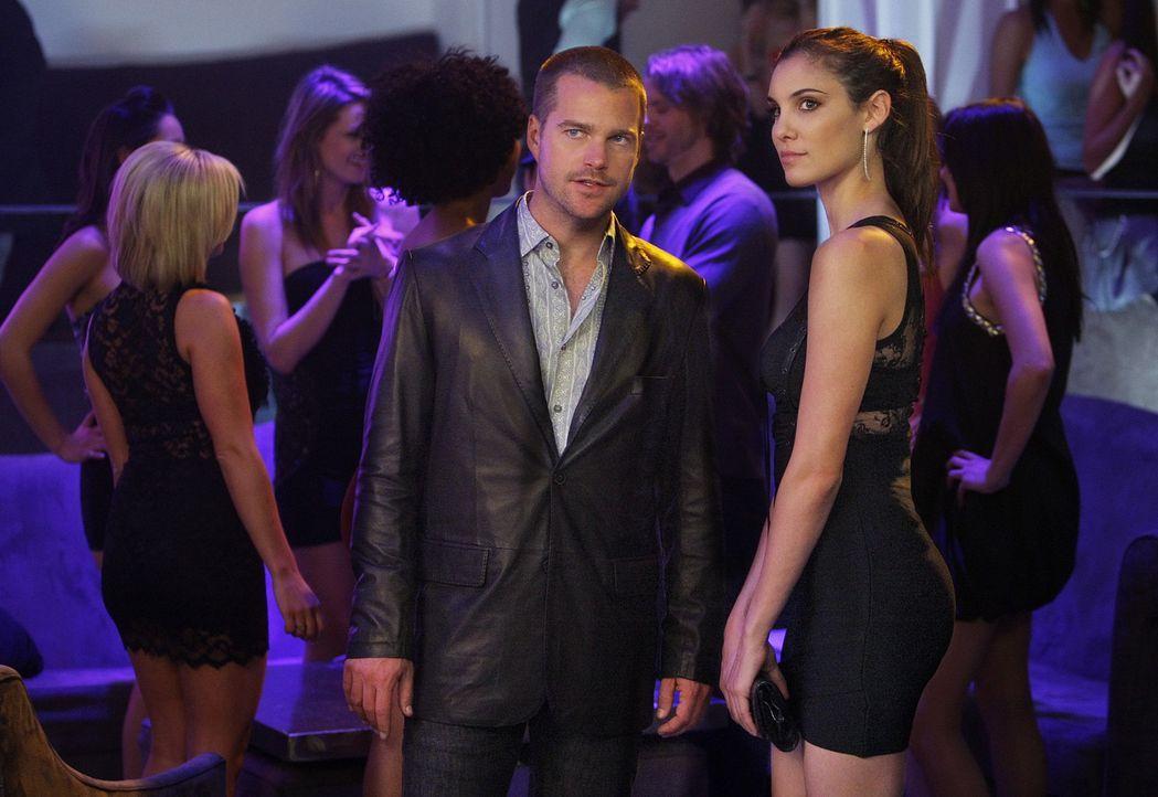 Callen (Chris O'Donnell, l.) und Kensi (Daniela Ruah, r.) übernehmen die Ermittlungen in einem komplizierten Mordfall ... - Bildquelle: CBS Studios Inc. All Rights Reserved.
