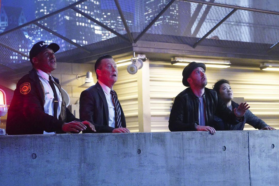 Können Chief Benavidez (Peter Parros, l.), Cabe (Robert Patrick, 2.v.l.), Toby (Eddie Kaye Thomas, 2.v.r.) und Happy (Jadyn Wong, r.) einem Arzt und... - Bildquelle: Monty Brinton 2018 CBS Broadcasting, Inc. All Rights Reserved