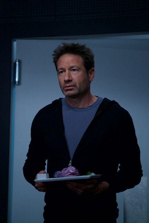 Als Mulder (David Duchovny) feststellt, dass sogar die Köche im Restaurant nur Maschinen sind, ist er geschockt, doch da ahnt er noch nicht, dass es... - Bildquelle: Shane Harvey 2018 Fox and its related entities.  All rights reserved.