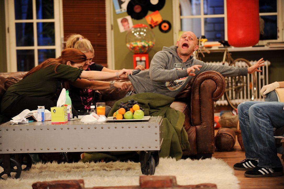 Von Krankheit geplagt, bekommt Jürgen (r.) Besuch von seinen Freunden Loretta (l) und Lisa (M.), die alles geben, um ihn wieder auf die Beine zu bek... - Bildquelle: Willi Weber SAT.1