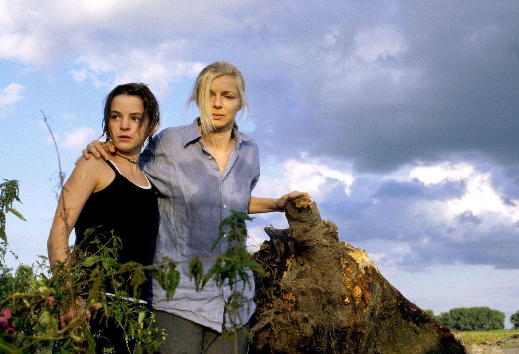 Carla (Michaela Merten, r.) und ihre Tochter Patrizia (Laura-Charlotte Syniawa, l.) haben sich ihren Traumurlaub in Frankreich völlig anders vorges... - Bildquelle: Jiri Hanzl SAT.1