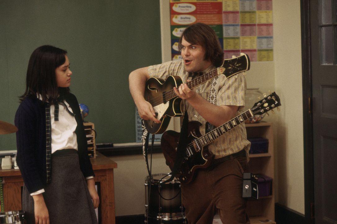 Mit seiner unkonventionellen Art gelingt es Dewey Finn (Jack Black, r.) sogar, Katie (Rebecca Brown, l.) für seine Rockband zu gewinnen ...