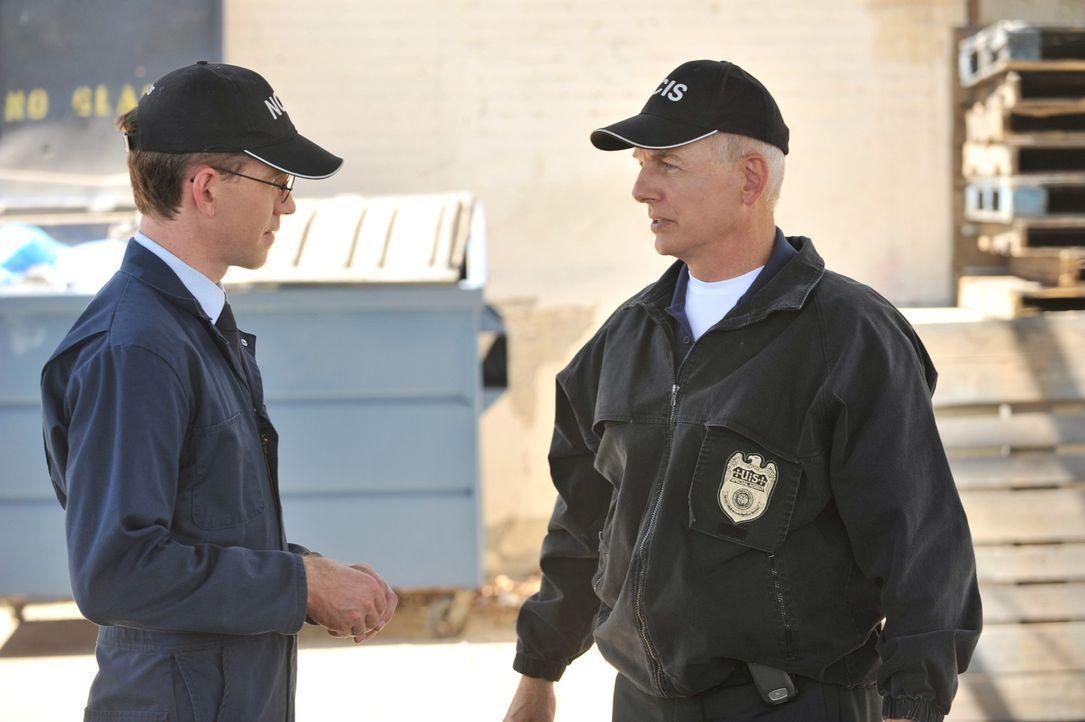 Ermitteln in einem neuem Fall: Gibbs (Mark Harmon, r.) und Jimmy (Brian Dietzen, l.) ... - Bildquelle: CBS Television