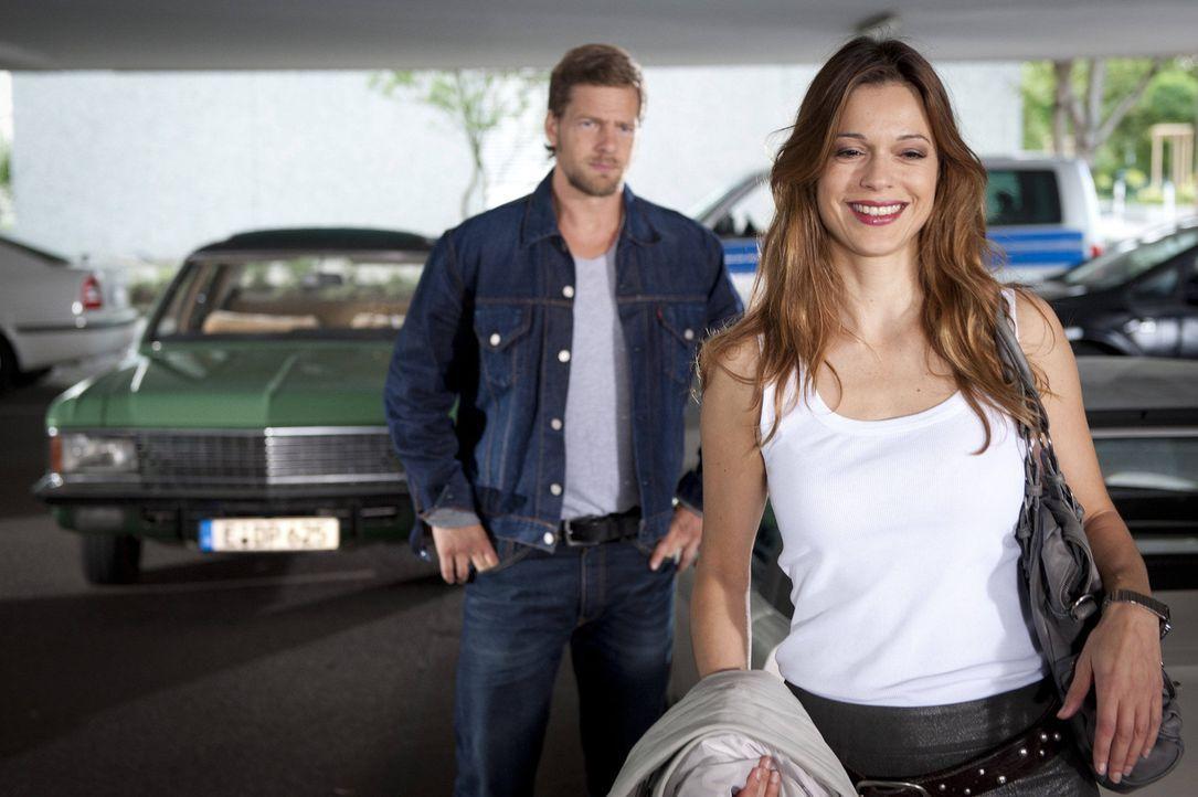 (3. Staffel) - Während Tanja von einem alten Bekannten belagert wird, entwickelt Mick (Henning Baum, l.) Interesse an Fercherts neuer Assistentin,... - Bildquelle: SAT.1
