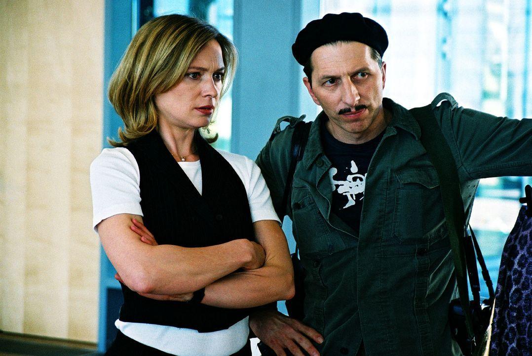 Ringo Rolle (Rufus Beck, r.) stellt sich bei der Agenturchefin Elena Trautmann (Katja Weitzenböck, l.) als französischer Modefotograf vor, um etwas... - Bildquelle: Hardy Spitz Sat.1