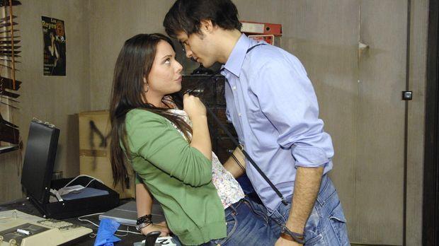 Maik (Sebastian König, r.) freut sich, dass Paloma (Maja Maneiro, l.) ihm bei...