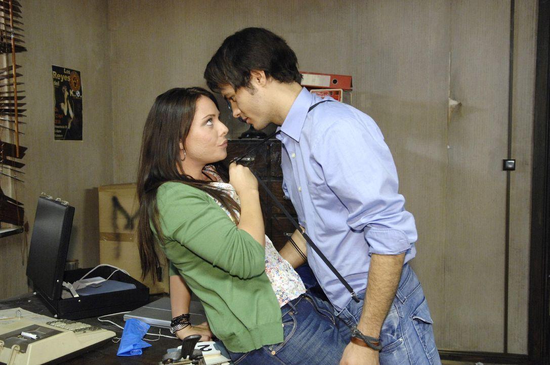 Maik (Sebastian König, r.) freut sich, dass Paloma (Maja Maneiro, l.) ihm beim Aufräumen helfen will ... - Bildquelle: Claudius Pflug Sat.1