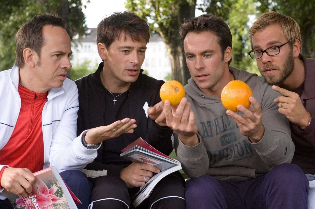 Adam (Marco Girnth, 2.v.r.) zeigt Ulf (Moritz Lindbergh, l.), Karl (Jan Sosniok, 2.v.l.) und Stefan (Dominic Boeer, r.) die unterschiedlichen Brustg... - Bildquelle: Stefan Erhard ProSieben
