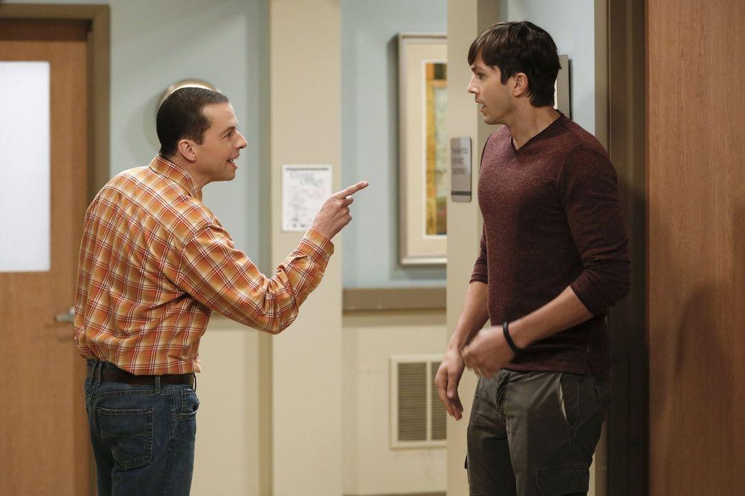 Bei der Erziehung von Louis sind sie sich nicht immer einig, deshalb kommt es zwischen Alan (Jon Cryer, l.) und Walden (Ashton Kutcher, r.) zu einem... - Bildquelle: Warner Bros. Entertainment, Inc.