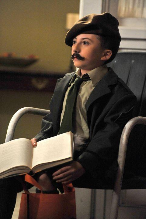 Brick (Atticus Shaffer) hat sich ein ganz besonderes Kostüm für Halloween ausgedacht. Nur weiß leider keiner, was es genau darstellen soll ... - Bildquelle: Warner Brothers