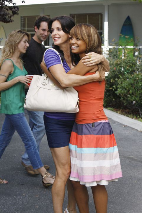 Jules (Courteney Cox, l.) trifft auf eine alte Bekannte (Tyra Colar, r.) ... - Bildquelle: 2009 ABC INC.