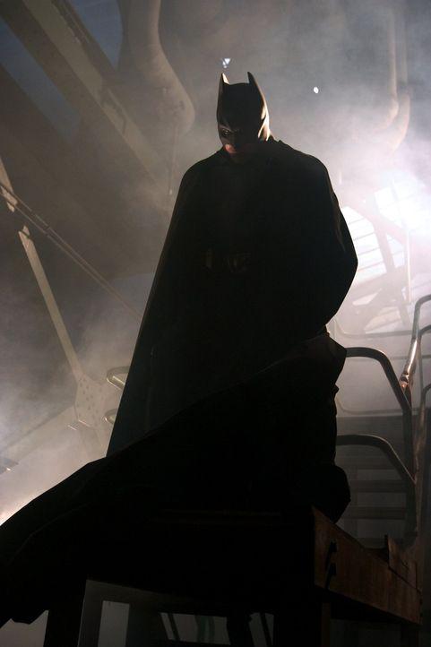 Als der Millionenerbe Bruce Wayne (Christian Bale) zufällig den Prototypen eines geheimnisvollen Kampfanzugs entdeckt, beschließt er, sein Alter E... - Bildquelle: 2005 Warner Brothers