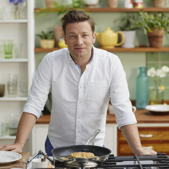 Mit wertvollen Tipps aus den Orten mit der gesündesten Ernährungsweise kehrt Jamie Oliver in seine Heimat England zurück und gibt den gesunden Geric... - Bildquelle: Matt Russell 2015 Jamie Oliver Enterprises Limited