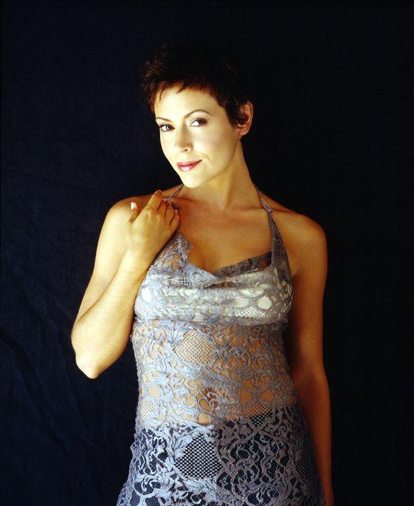 (6. Staffel) - Phoebe (Alyssa Milano) versteht es ausgezeichnet, nicht nur ihre Zauberkräfte, sondern auch die Waffen einer Frau im Kampf gegen das... - Bildquelle: Paramount Pictures