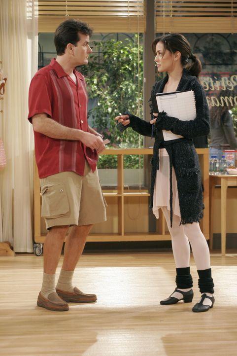 Um an Mia (Emmanuelle Vaugier, r.) zu kommen, meldet Charlie (Charlie Sheen, l.) seinen Neffen Jake zum Ballettunterricht an ... - Bildquelle: Warner Brothers Entertainment Inc.