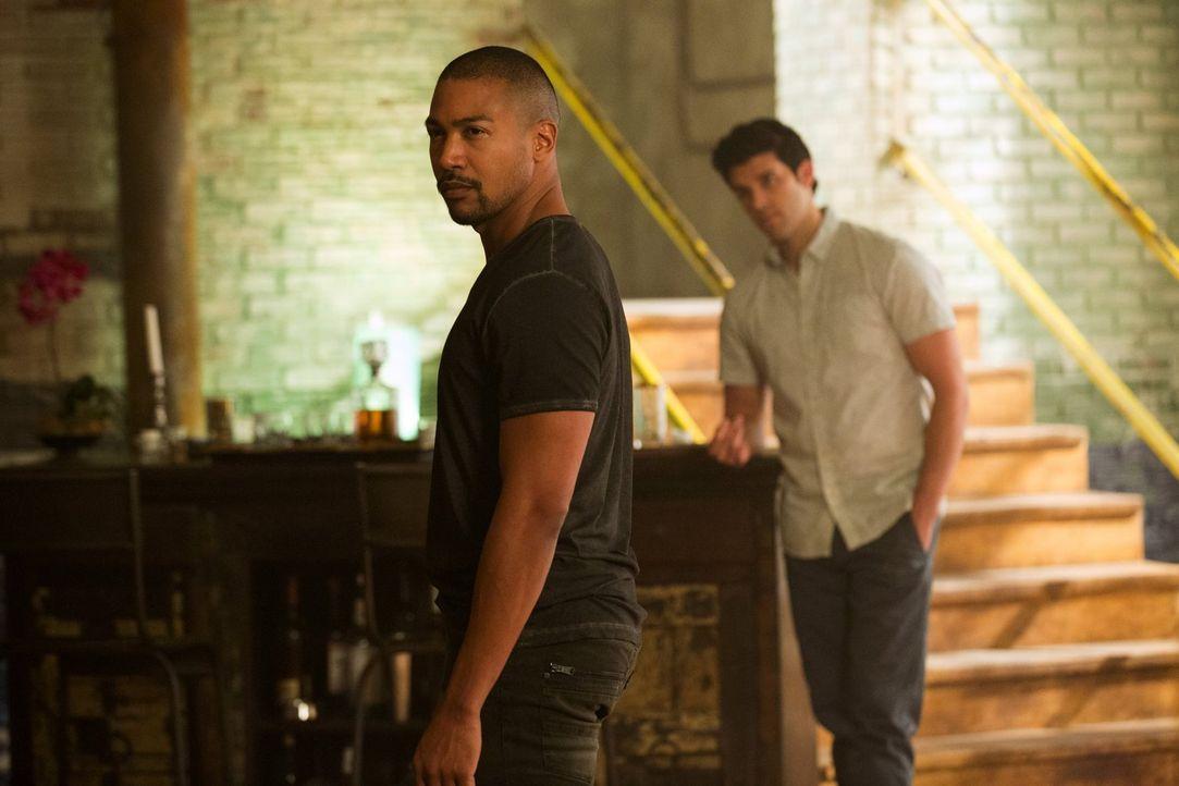 Während Josh (Steven Krueger, r.) und Marcel (Charles Michael Davis, l.) einen unerwarteten Besuch bekommen, hebt Lucien seine Spielchen auf die näc... - Bildquelle: Warner Bros. Entertainment Inc.