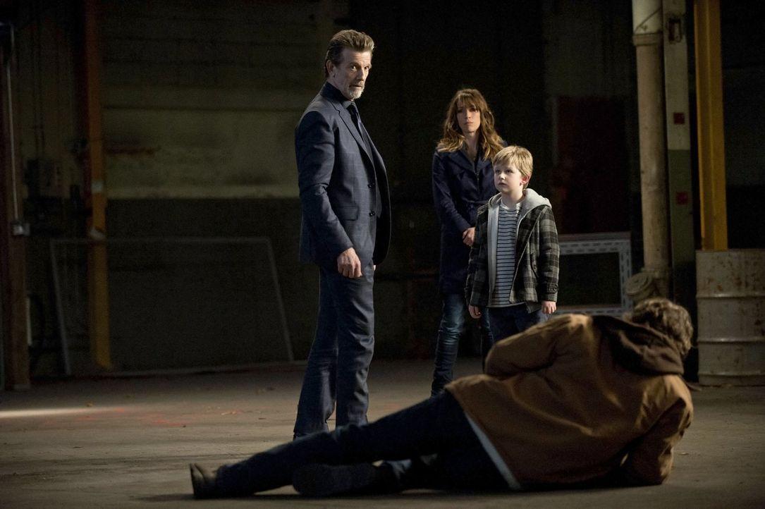 Was hat Zeus (John Novak, l.) mit Prometheus (John Reardon, r.) und dessen Familie Hayley (Brooke Langton, 2.v.l.) und Oliver (Callum Seagram Airlie... - Bildquelle: Warner Bros. Television