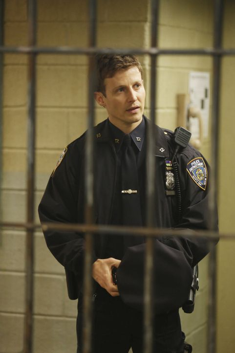 Wird der geistig zurückgebliebene Hector im Knast gefoltert? Jamie (Will Estes) wird misstrauisch, nachdem die Ermittler seine Informationen ignorie... - Bildquelle: Craig Blankenhorn 2013 CBS Broadcasting Inc. All Rights Reserved.