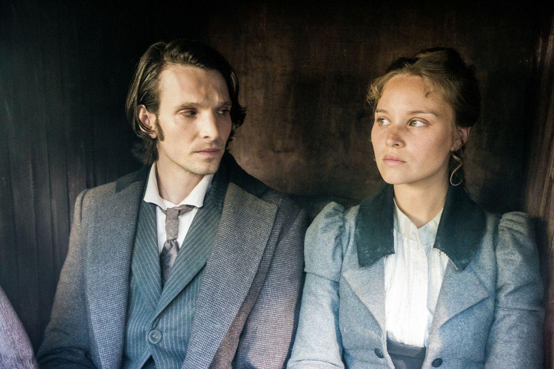 London, 1888: Nach dem Tod ihres Vaters reist die junge Polizeifotografin Anna Kosminski (Sonja Gerhardt, l.) nach London, um bei ihrer Mutter und i... - Bildquelle: Algimantas Babravicius SAT.1