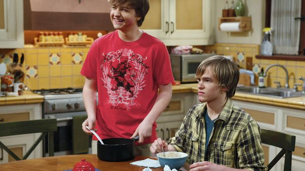 Jake (Angus T. Jones, l.) und sein Freund Eldridge (Graham Patrick Martin, r....