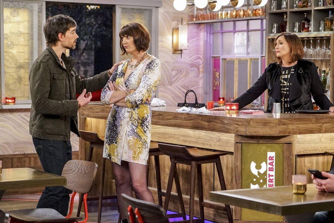 Als Denise (Kerri Kenney, M.) immer unglückliche in ihrem Job wird, wollen Bobby (Christopher Gorham, l.) und Teresa (Nora Dunn, r.) sie ermutigen,... - Bildquelle: Warner Bros. Television