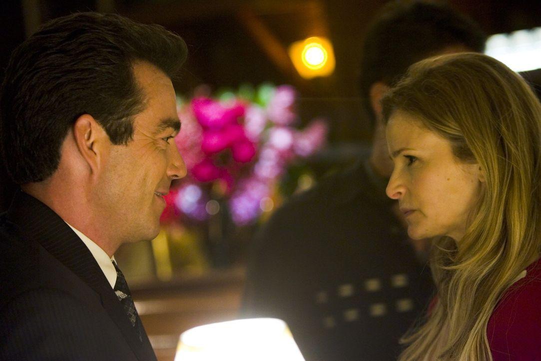 Sind nicht immer einer Meinung: Brenda (Kyra Sedgwick, r.) und FBI-Agent Howard (Jon Tenney, l.) ... - Bildquelle: Warner Brothers