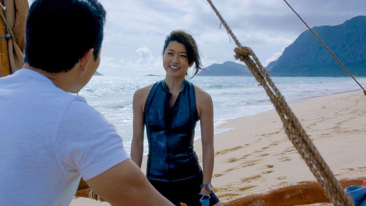 Als Kono (Grace Park, r.) auf ihrem Segeltrip um die Hawaiianischen Inseln zu Ehren ihrer Mutter in ein Unwetter gerät, muss sie um ihr Überleben kä... - Bildquelle: 2015 CBS Broadcasting Inc. All Rights Reserved.
