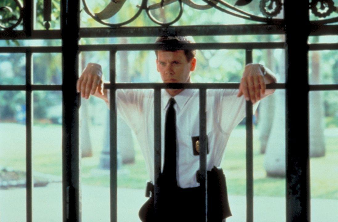 Obwohl Lehrer Sam freigesprochen wurde, beschatten Polizeikommissar Duquette (Kevin Bacon) und sein Kollege Perez ihn weiterhin - bis schließlich ei... - Bildquelle: Columbia Tri-Star