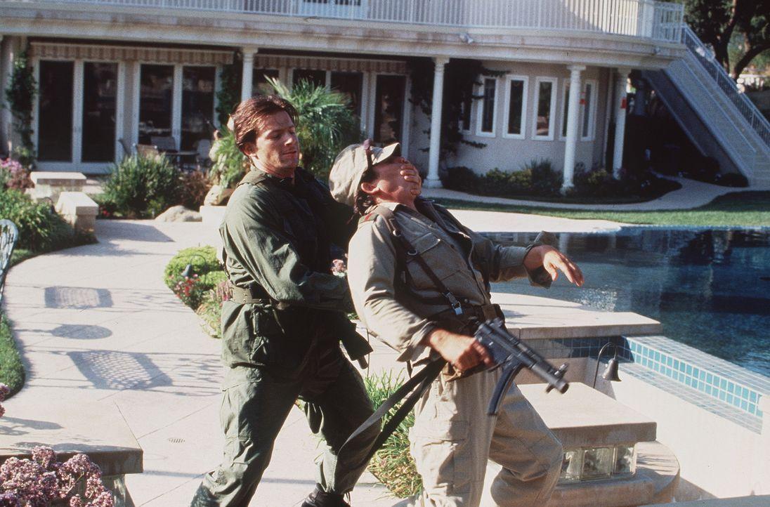 Geräuschlos und absolut tödlich schaltet Elite-Fighter Ryan Mitchell (Costas Mandylor, l.) einen Posten der Gangster aus ... - Bildquelle: Artisan Entertainment