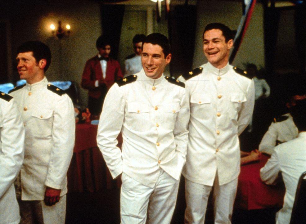 In der wenigen Freizeit, die den Rekruten zur Verfügung steht, amüsieren sich Zack Mayo (Richard Gere, 2.v.r.) und sein Freund Sid Worley (David Kei... - Bildquelle: Paramount Pictures