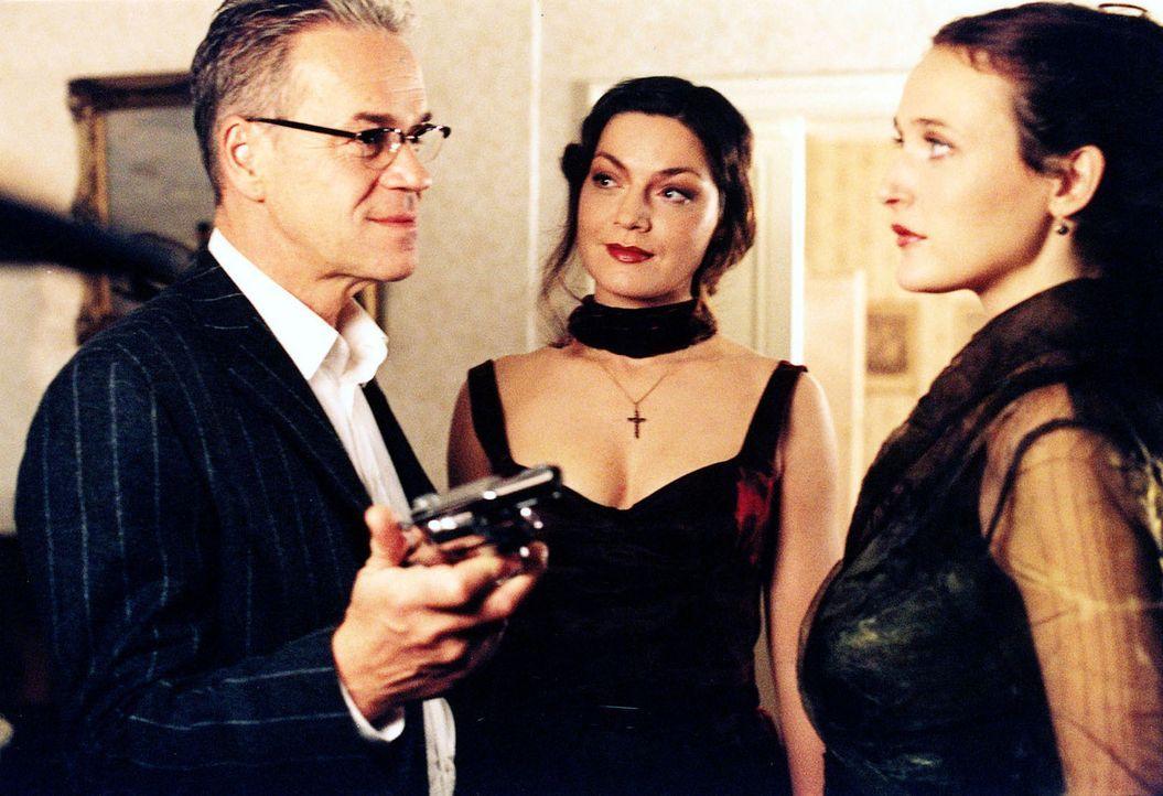 Kommissar Wolff (Jürgen Heinrich, l.) gibt sich als gewiefter Geschäftsmann aus und bietet den beiden Schwestern Elke (Deborah Kaufmann, r.) und Dag... - Bildquelle: Djampour Sat.1