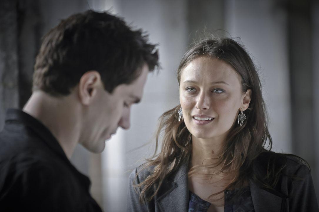 Josh will in seiner Beziehung mit Nora den nächsten Schritt gehen, während Aidan (Sam Witwer, l.) sich nicht mehr sicher ist, ob er weiter mit Kat (... - Bildquelle: Phillipe Bosse 2013 B.H. 2 Productions (Muse) Inc. ALL RIGHTS RESERVED.