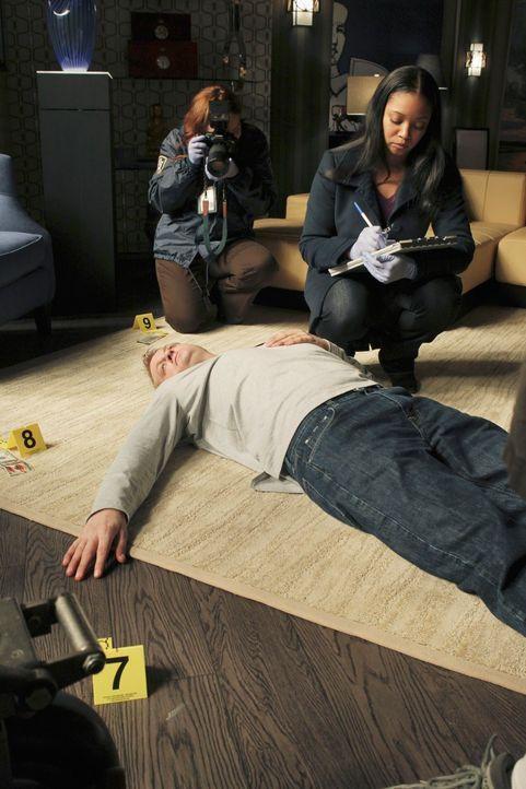 Lanie Parish (Tamala Jones, hinten r.) untersucht die Leiche von Jay Hixton (Skoti Collins, liegend) ... - Bildquelle: ABC Studios