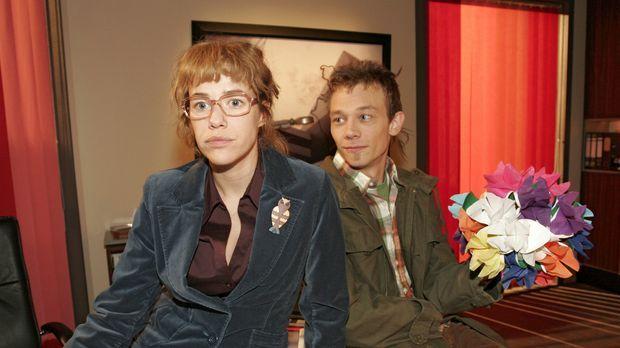 Lisa (Alexandra Neldel, l.) erzählt Jürgen (Oliver Bokern, r.), dass Rokko nu...