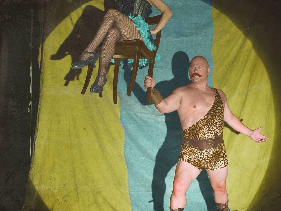 (4. Staffel) - Für ihn ist nichts zu schwer! Dell Toledo (Michael Chiklis) ist der starke Mann, der in der Freak Show den einen oder anderen Zuschau... - Bildquelle: Frank Ockenfels 2014, FX Network. All rights reserved.
