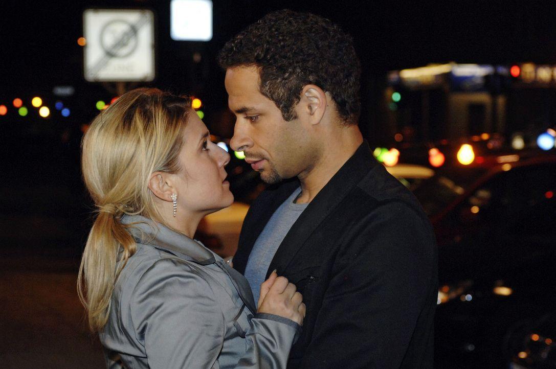 Anna (Jeanette Biedermann, l.) ist berührt von Jannicks (Mike Adler, r.) Liebesgeständnis und reagiert zu dessen Überraschung mit einem Kuss. - Bildquelle: Oliver Ziebe Sat.1