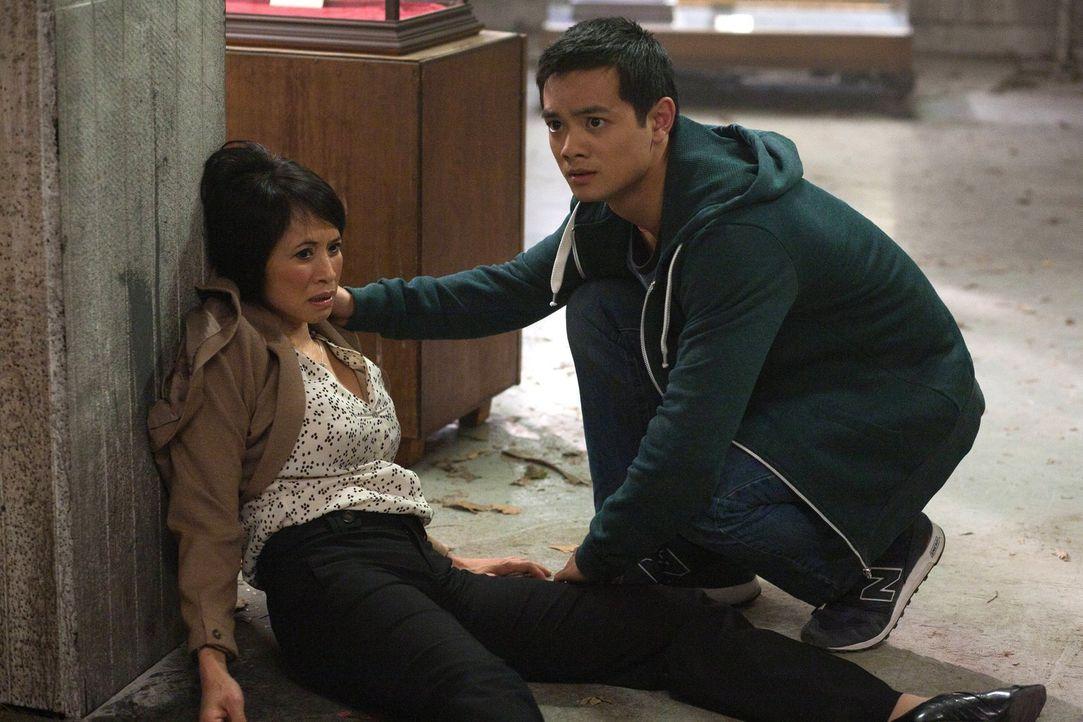 Bevor Kevin (Osric Chau, r.) die Winchester-Brüder zu der Steintafel führt, will er seine Mutter Linda (Lauren Tom, l.) besuchen. Doch bei ihr wimme... - Bildquelle: Warner Bros. Television
