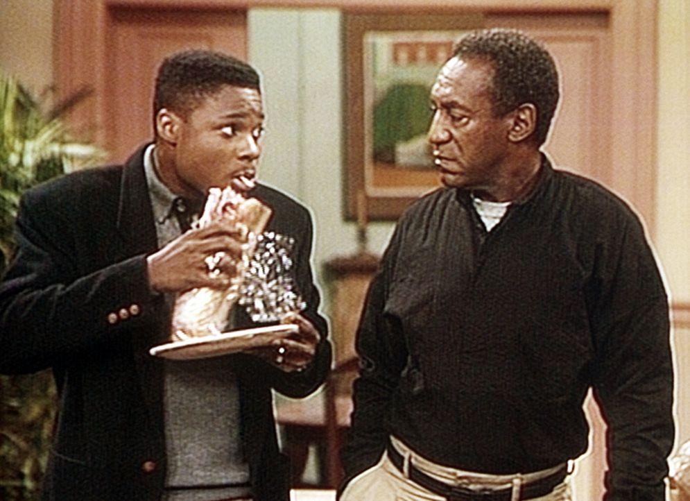 Neidisch schaut Cliff (Bill Cosby, r.) auf das King-Size-Sandwich, doch wegen seiner Radikal-Diät muss er es wohl oder übel Theo (Malcolm-Jamal Wa... - Bildquelle: Viacom