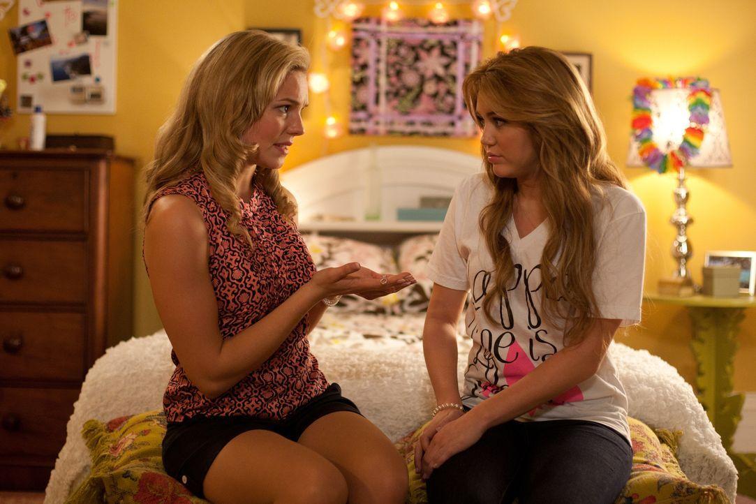 Als Sasha (Eloise Mumford, l.) Molly (Miley Cyrus, r.) als Zeichen ihrer Verbundenheit ein Armband schenkt, ahnt die junge Agentin nicht, dass dies... - Bildquelle: Saeed Adyani Bluefin Productions LLC