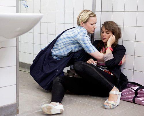Emma realisiert erschrocken, dass Jenny voll auf Droge ist ... - Bildquelle: David Saretzki - Sat.1