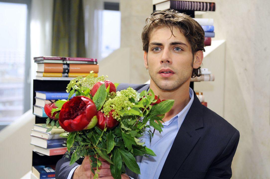 Der ahnungslose Jonas (Roy Peter Link) will Katja eine Überraschung machen. - Bildquelle: Sat.1