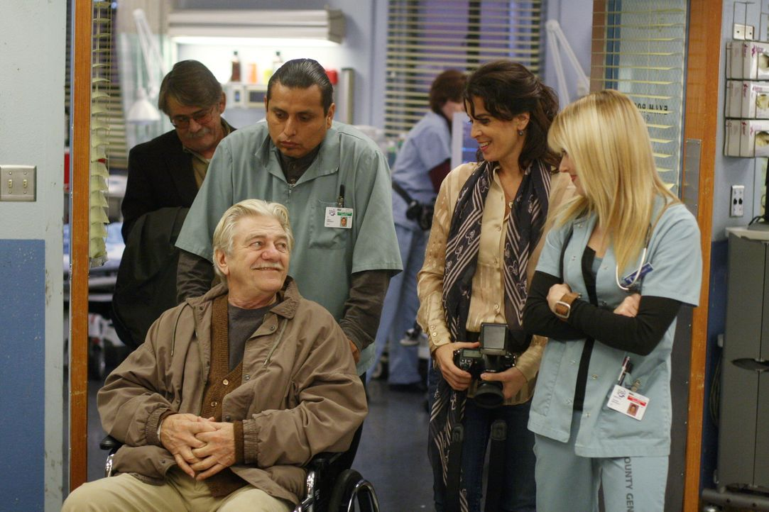 Durch Mr. Gover (Seymour Cassel, vorne) und Diana (Annabella Sciorra, hinten M.) wurde Sams (Linda Cardellini, hinten r.) Sucht auf die Welt, in ein... - Bildquelle: Warner Bros. Television