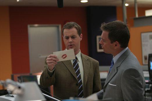 Navy CIS - Als McGee (Sean Murray , l.) einen Brief, der mit einem Lippenstif...